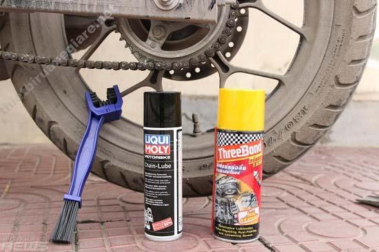 Vệ sinh xích của xe máy có các dụng cụ chuyên dụng