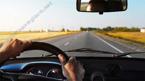 Người lái xe ô tô chú ý quãng đường di chuyển để tính nhiên liệu tiêu hao