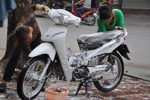 Người rửa xe nên đeo bao tay trong khi vệ sinh xe