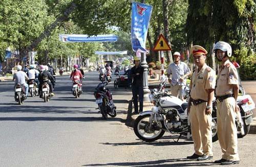 Cảnh sát giao thông tiến hành điều phối, xử lý các vi phạm giao thông