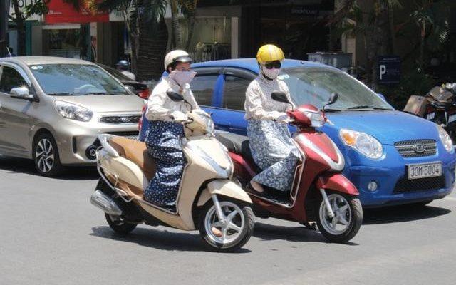 Đi xe máy giữa trời nắng nóng có thể nguy hiểm cho cả người và xe