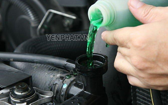 Nước làm mát giúp động cơ xe tránh nguy cơ nóng máy