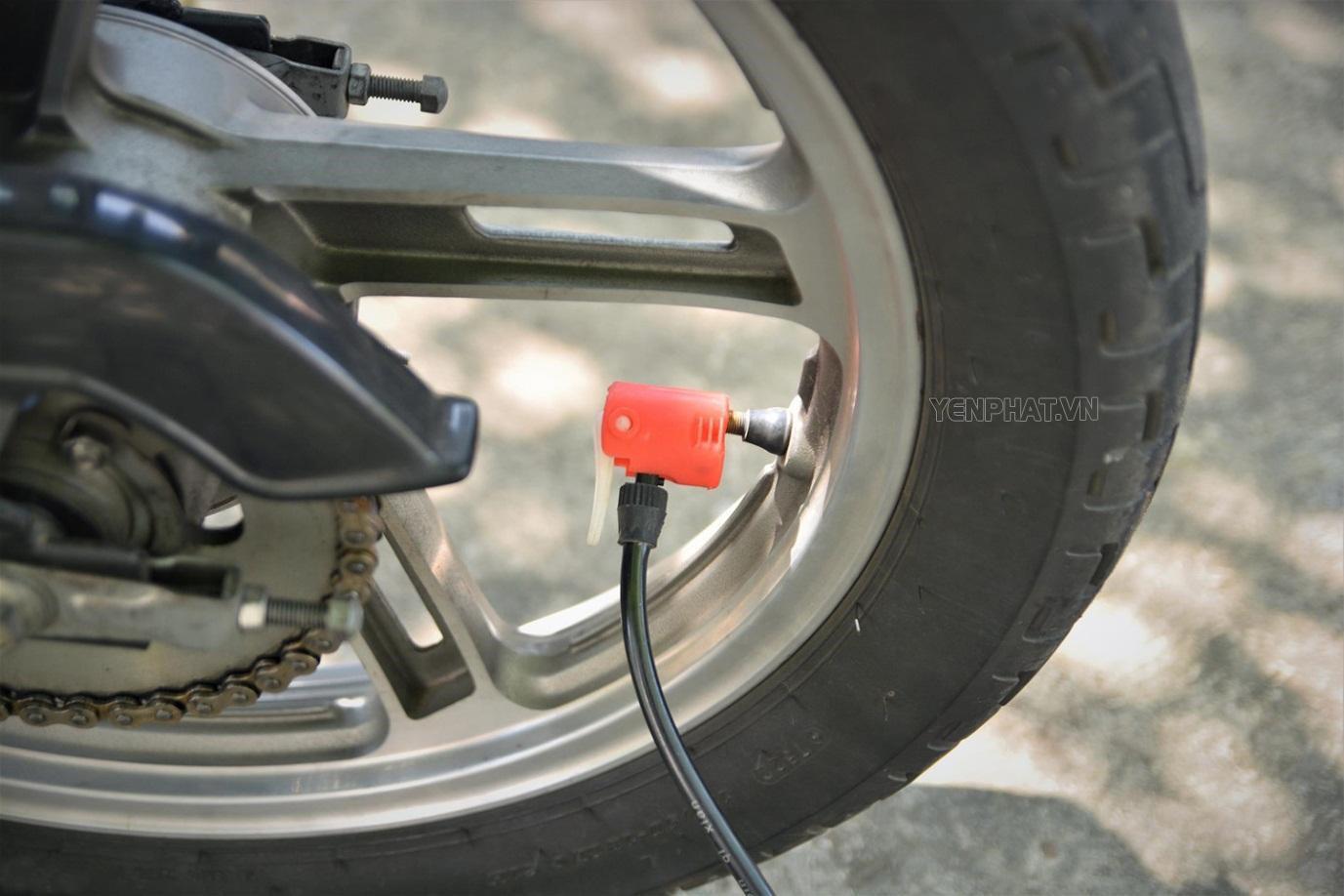 Dùng bơm để làm căng lốp xe trở lại