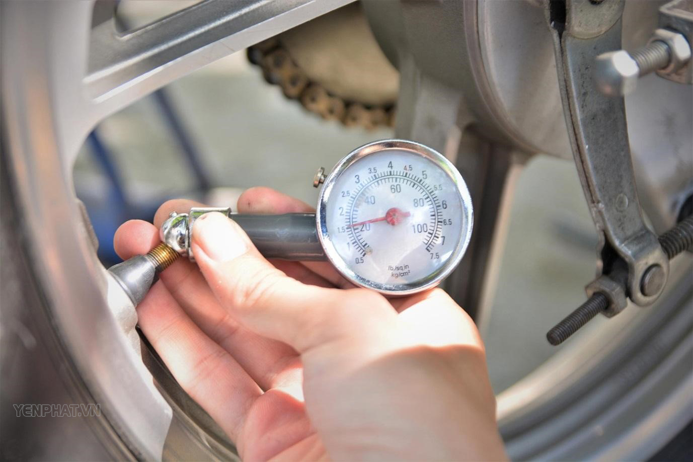 Dùng dụng cụ đo áp suất lốp xe trước khi vận hành