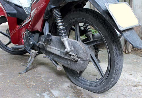 lốp xe máy bị thủng