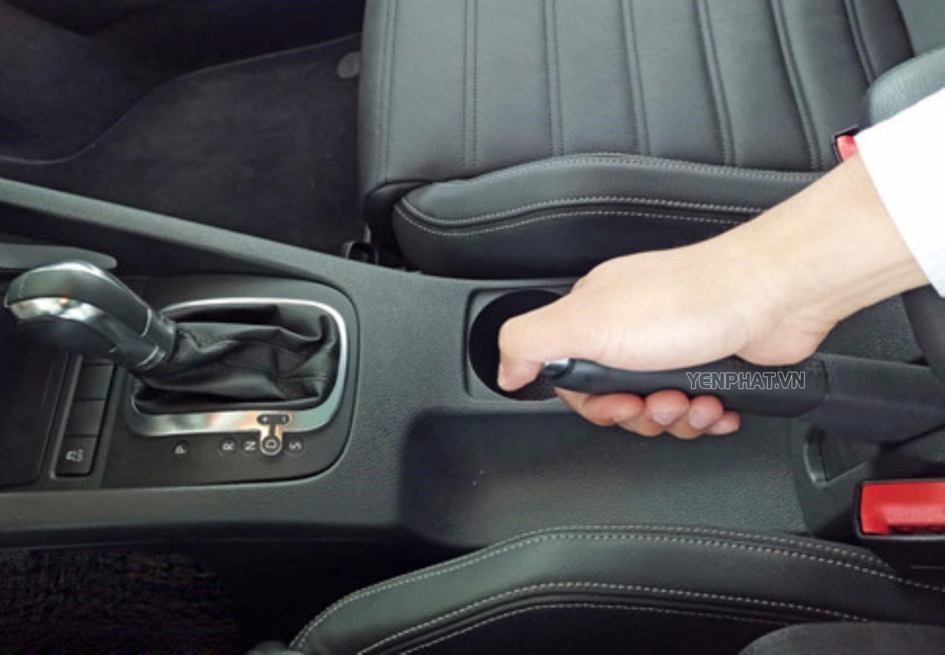 Quên kéo phanh tay tay khi đỗ có thể tiềm ẩn rủi ro tai nạn