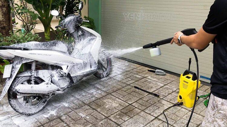 Rửa qua xe bằng máy rửa xe rồi dùng dung dịch tẩy rửa chuyên dụng