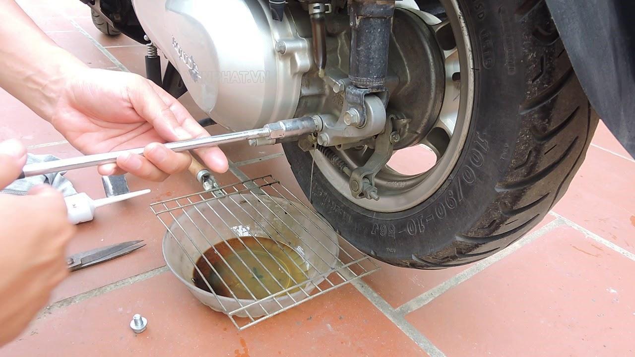 Nên thay dầu láp định kỳ để loại bỏ cặn bẩn tích tụ