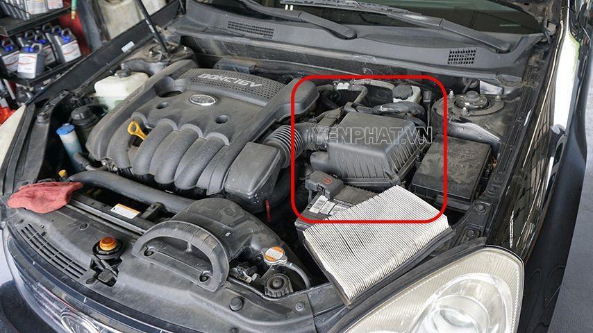 Lọc gió có vị trí dễ tìm trong khoang động cơ ô tô