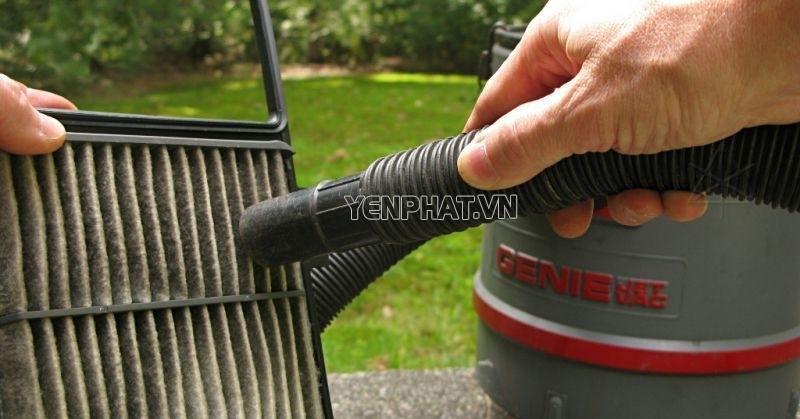 Dùng thiết bị hút bụi hoặc xịt hơi để vệ sinh lọc gió