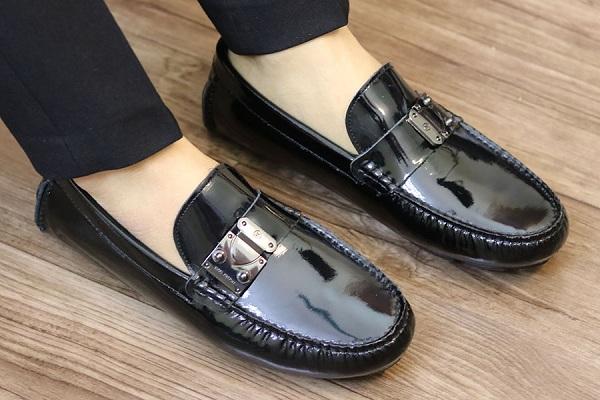 Làm sạch lớp xi cũ để giày có độ bóng tối đa