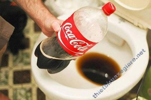 Nước coca được dùng để tẩy rửa bồn cầu bị ố vàng